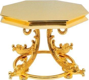 """Tronetto """"Pesce"""" Maranatha Lab stile barocco in ottone dorato lucido con piedistallo decorato con motivi di pesci."""
