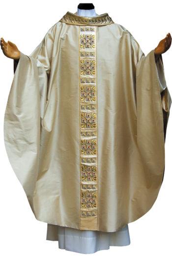 casula classica Pietrobon in pura seta impreziosita da collo e stolone in seta lurex ricamati in oro a motivi geometrici e perline colorate. Confezione artigianale