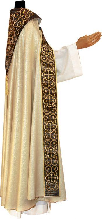piviale taglio gotico Pietrobon in lana lurex dal taglio gotico con stolone in seta lurex e scudo ricamati a mano in oro. Confezione sartoriale made in Italy