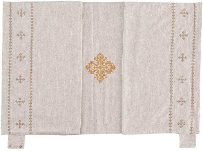 """Velo-Omerale """"Bernardo"""" Maranatha Lab in tessuto canapa e lino decorato da motivi a punto croce."""