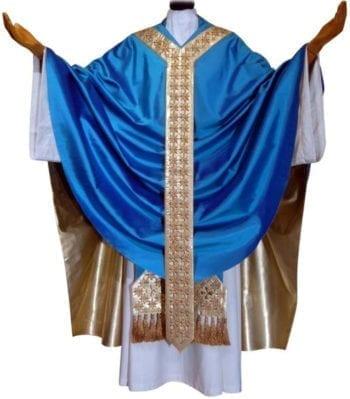 """Casula mariana solenne """"Firmamento"""" dal taglio gotico in pura seta azzurra impreziosita da stolone dorato con decoro a stelle"""