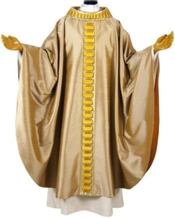 """Casula taglio classico """"Testamento"""" in pura seta oro impreziosita da stolone ricamato con motivi a sentiero"""