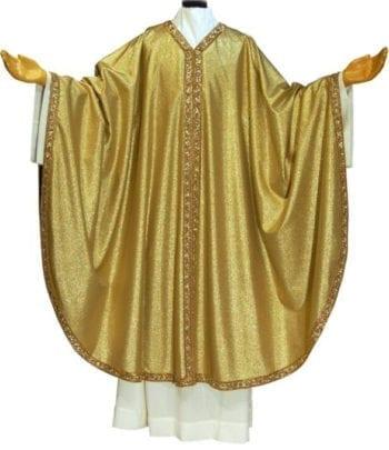 """Casula """"Oro"""" Maranatha Lab in lana lurex dal taglio classico impreziosita da collo stolone e bordo ricamato in oro a motivi orientali"""