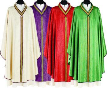 Casula con stolone dorato Pietrobon in tessuto lana viscosa decorata da uno stolone sul manto anteriore e sul collo ricamato in oro. Confezione sartoriale