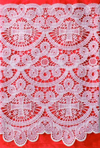 """Completo """"Macerata"""" Maranatha Lab in lino, per camice o cotte, decorato con pizzo macramè e simboli cruciformi."""