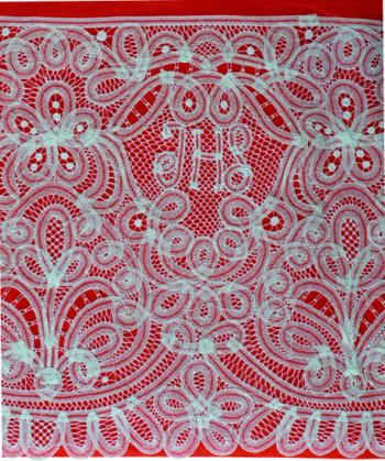 """Completo """"Paradiso"""" Maranatha Lab per camice o cotta, in lino, decorato con pizzo rinascimentale e simbolo JHS."""