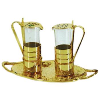 Ampolline in ottone dorato in stile classico con vassoio e simboli dell'acqua e dell'uva incisi sulle ampolline