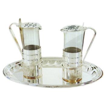 Ampolline in ottone argentato in stile classico impreziosite con incisione dei simboli del vino e dell'acqua sul coperchio